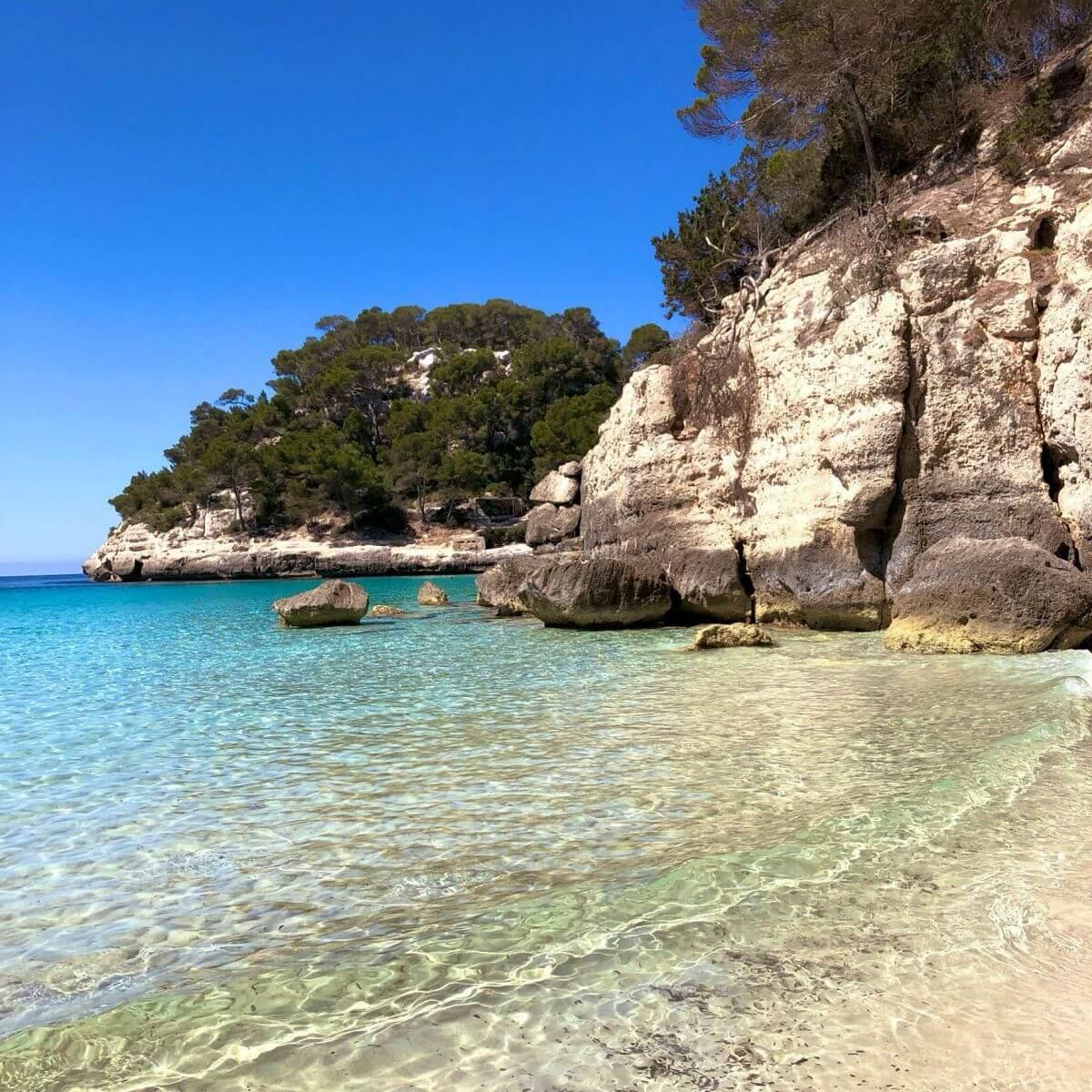Cala Mitjana en Menorca con niños