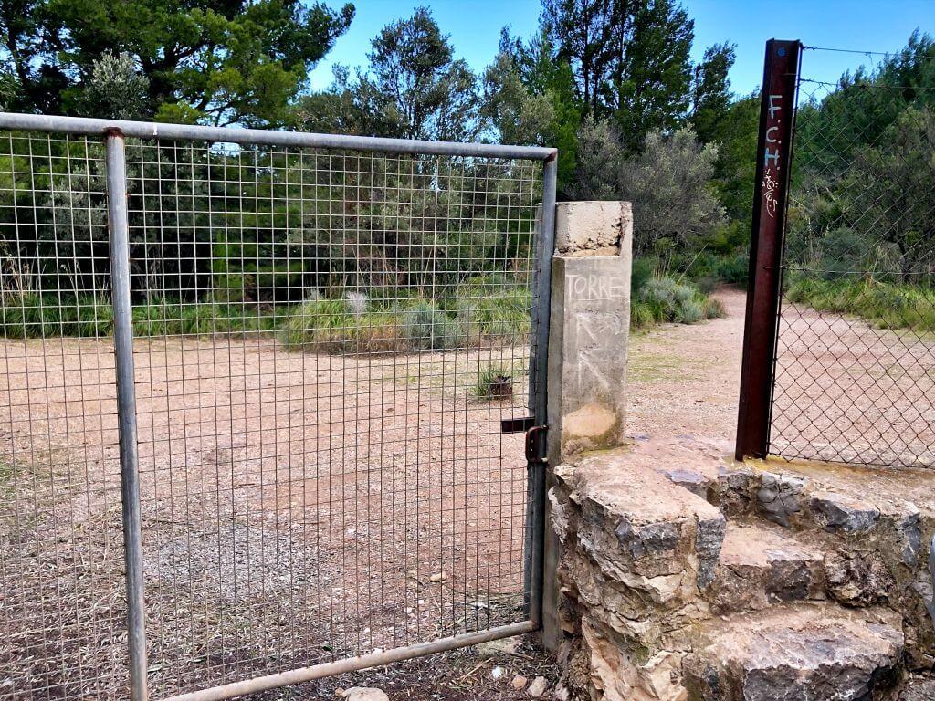 Reja para acceder a Sa Torre Picada